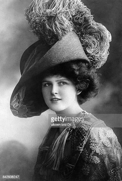 Frau mit einem üppig dekoriertem Hut1909