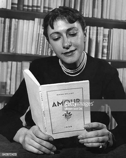 Frau mit Perlenkette liest das Buch 'Amour' von Mado Millotveröffentlicht Radio Revue 12/1953