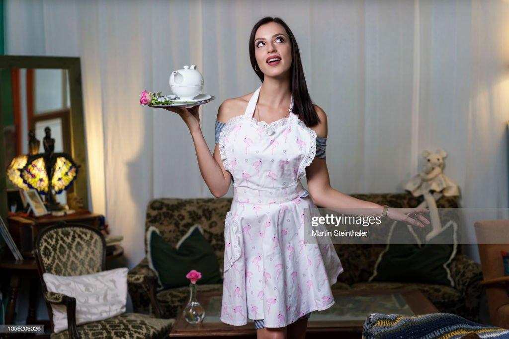 Frau Mit Schürze Serviert Tee Auf Einem Tablett High-Res