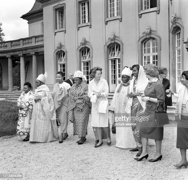 Frau Rut Brandt, die Ehefrau des Regierenden Bürgermeisters, besuchte am auf der Halbinsel Reiherwerder in Berlin-Tegel die deutsche Stiftung für...
