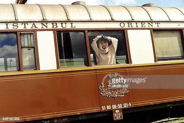 Frau schaut aus einem Wagen des OrientExpress 1995
