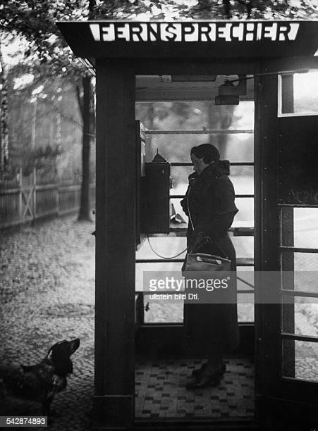 Frau telefoniert in einer Telefonzelle veröffentlicht in Hier Berlin 36/1936 und Sieben Tage 44/1936
