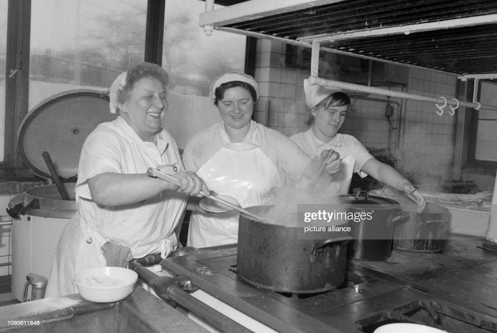 Frauen bei der Arbeit in der Küche der Mensa der