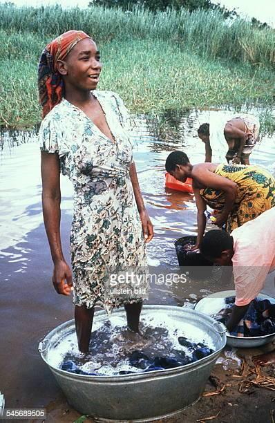 Frauen beim Wäschewaschen im Fluß 00031995