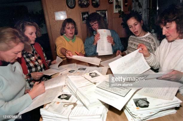 """Frauen der Bürgerinitiative """"Natalie"""" sortieren am im oberbayerischen Epfach Unterschriftslisten. Die aus 50 Helferinnen und Helfern bestehende..."""