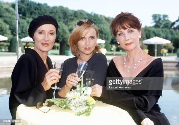 Frauen, die Prosecco trinken - das sind die brillante Reporterin Flora , ihre Chefin Principessa und ihre Kolleginnen), die für ein Lifestyle-...