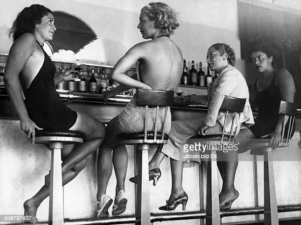 Frauen in einer Bar im Seebad Estoril bei Lissabon 1936 Foto Eric Borchert