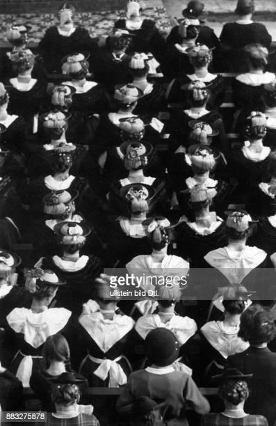 Frauen in traditioneller Kleidung in der Kirche die Jungfrauen tragen weiße Halstücher Hanns Hubmann Originalaufnahme im Archiv von ullstein bild