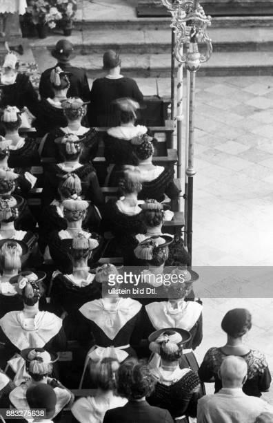 Frauen in traditioneller Kleidung während der Trauung in der Kirche die Jungfrauen tragen weiße Halstücher Hanns Hubmann Originalaufnahme im Archiv...