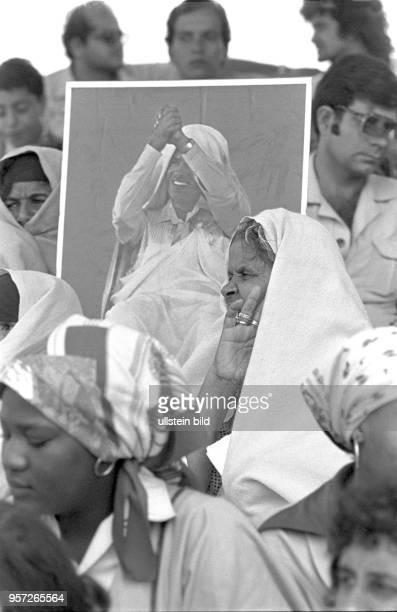 Frauen mit dem Bildnis des libyschen Revolutionsführers Gaddafi unter den Zuschauern bei einer Militärparade in Bengasi im September 1979 anlässlich...
