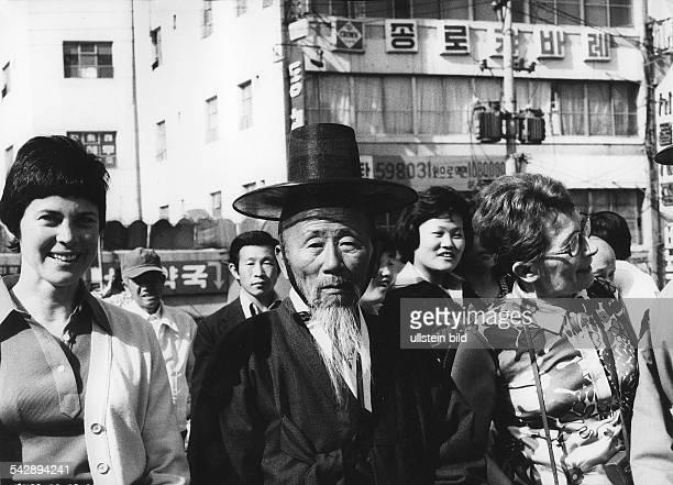 Frauen mit einem Koreaner in Landestracht in SeoulSüdkorea1980