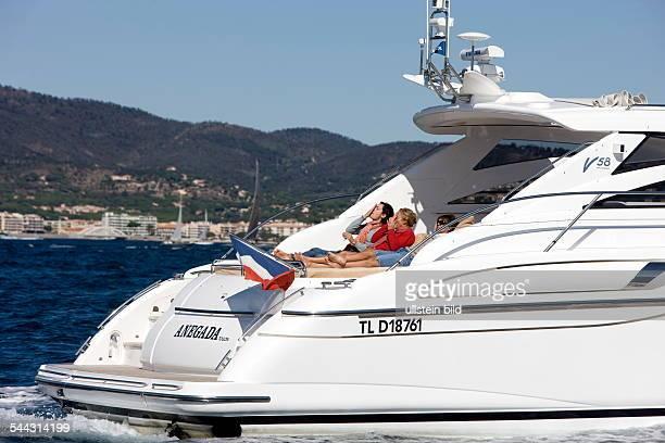 EUROPA FRANKREICH PROVENCE ALPES COTE D' AZUR SAINT TROPEZ Frauen reiben sich auf der Motoyacht Princess 58 Anegada mit Sonnencreme ein