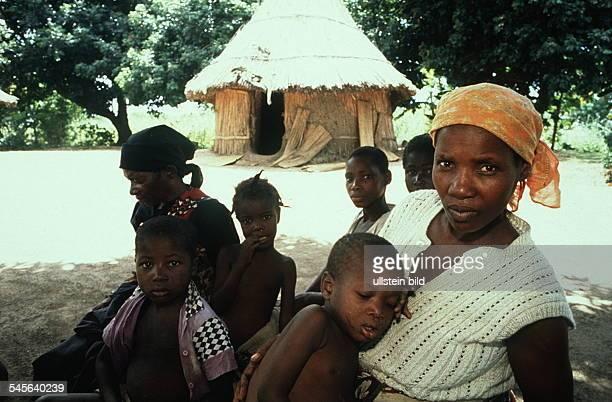 Frauen und Kinder am Rande des Marktesin der Hauptstadt Maputo 00031995