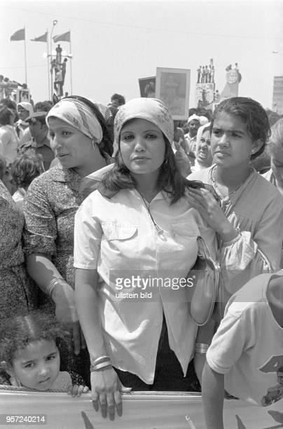 Frauen und Kinder unter den Zuschauern bei einer Militärparade in Bengasi im September 1979 anlässlich des 10 Jahrestages des Sturzes der Monarchie