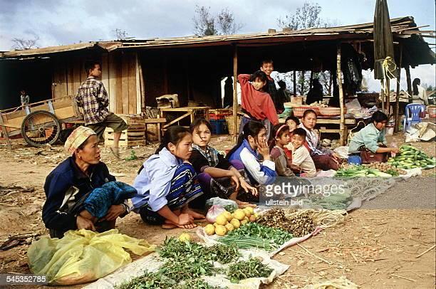 Frauen verkaufen Gemüse auf einemMarkt in Ban Lakxao 1998