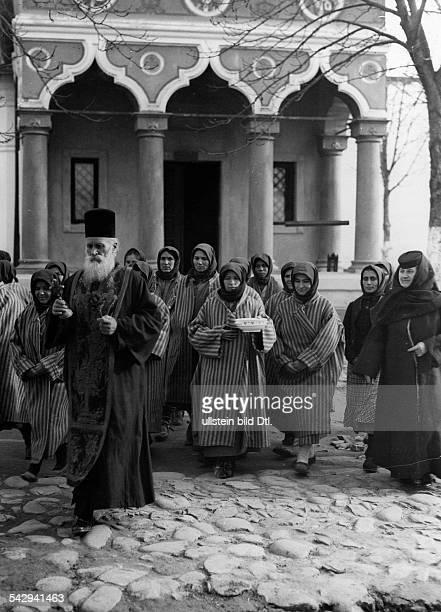 Frauengefängnis in Mislea Rumänien Pope und Nonne mit den Gefangenen 1930