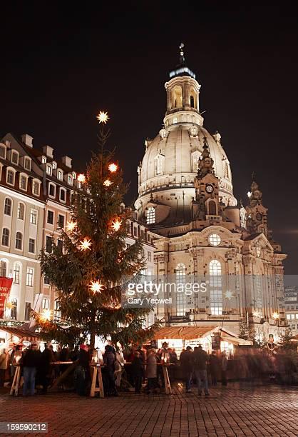 frauenkirche and christmas market in dresden - dresden stock-fotos und bilder