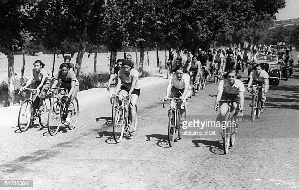 Frauen-Radrennen in Madrid über eine Entfernung von 30 Kilometern: die Teilnehmerinnen kurz nach dem Startetwa Mitte der 30er Jahre