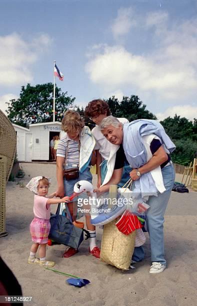 """Frauke Tholen, Tarek Helmy, Timo Niessner, Peter Weck, , Berlin, Deutschland, Europa, ZDF-Serie: """"Ich heirate eine Familie"""", Folge: """"†berraschungen""""..."""