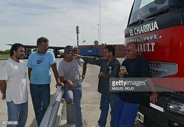 Camioneros argentinos toman mate y conversan a la entrada del puente San Martin en la frontera de Uruguay con Argentina el 06 de abril de 2006 Los...