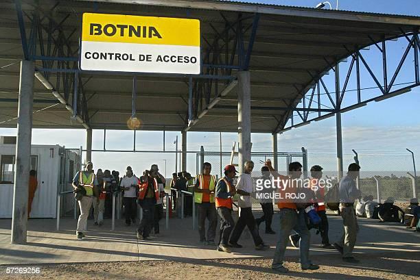 Obreros que trabajan en la construccion de la empresa Botnia en Fray Bentos se retiran de la obra al culminar su jornal el 06 de abril de 2006 La...