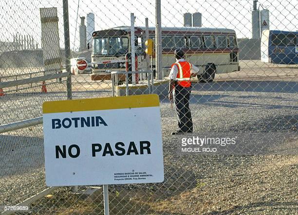 Un omnibus sale del predio de la empresa Botnia en Fray Bentos Uruguay luego de dejar a Obreros que construyen la misma el 06 de abril de 2006 La...