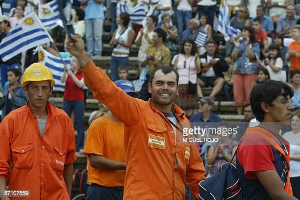Uno de los obreros de la empresa finlandesa Botnia saluda al llegar junto a otros uruguayos provenientes de la mayoria de organizaciones sociales de...
