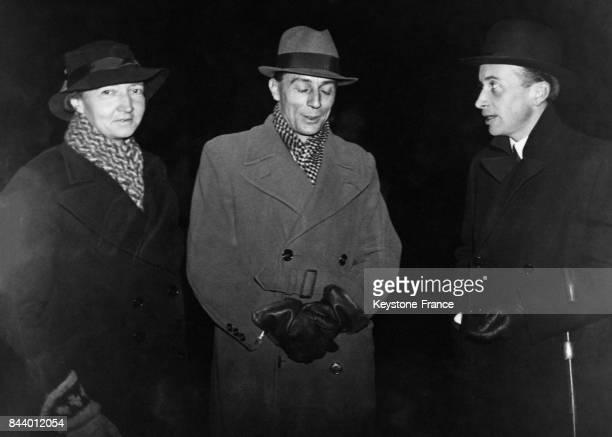 Frédéric et Irène JoliotCurie lauréats du Prix Nobel de Chimie photographiés à leur arrivée à Stockholm Suède le 11 décembre 1935