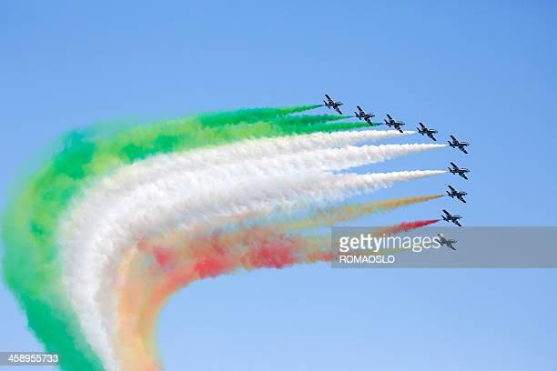 frecce tricolori che la bandiera italiana con fumo, italia - frecce tricolori foto e immagini stock