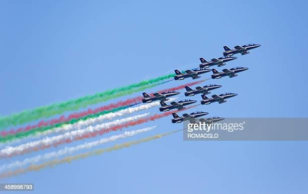 frecce tricolori que la bandera italiana con humo, italia - bandera italiana fotografías e imágenes de stock