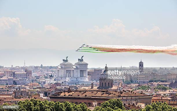 """famose frecce"""" tricolori su roma 2. di giugno 2015"""" - frecce tricolori foto e immagini stock"""