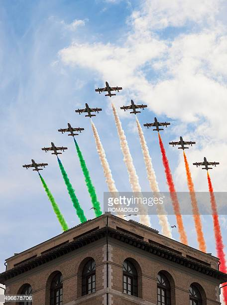 frecce tricolori a roma el 2 de junio, italia - bandera italiana fotografías e imágenes de stock