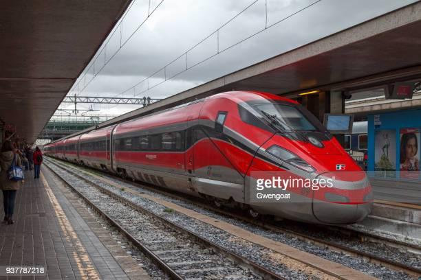 frecciarossa at roma termini - treno frecciarossa foto e immagini stock