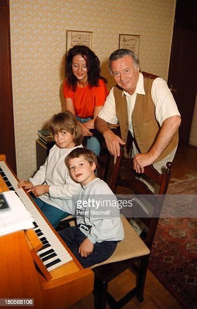 Fred Bertelmann mit TochterKatharina Enkelin Melina Enkel Daniele Berg bei München Villa imHaus Klavier Musikinstrument