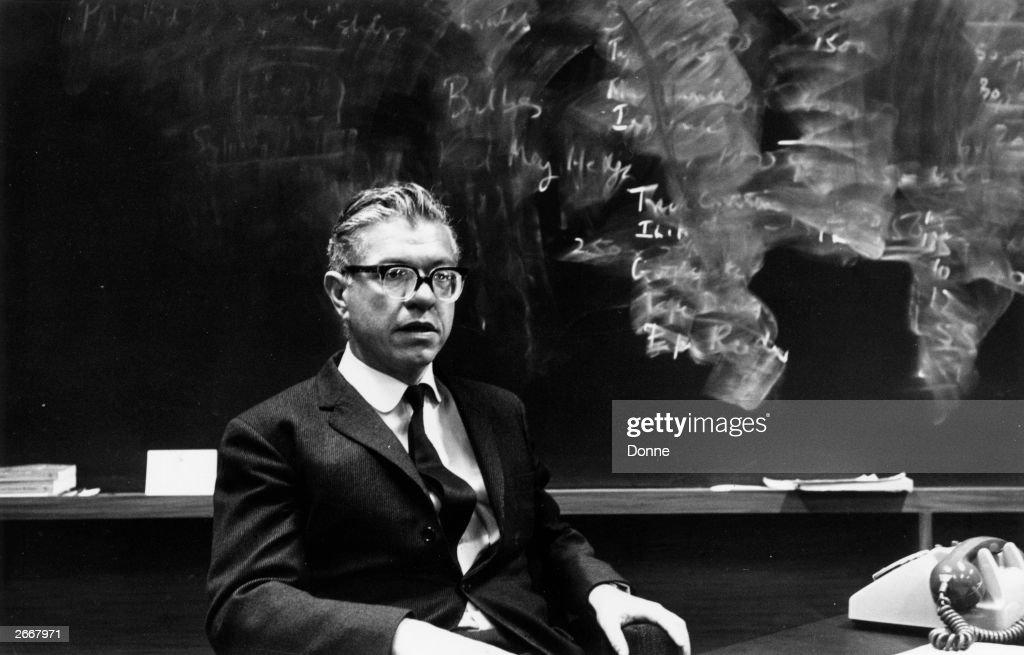 Fred Hoyle : News Photo