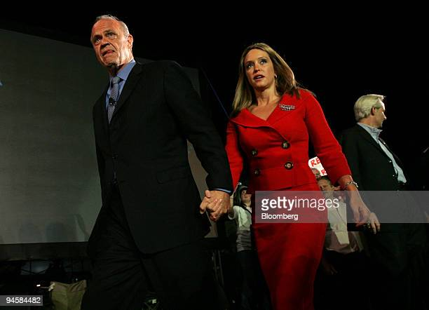Fred Thompson republican candidate for US president walks towards the stage with his wife Jeri Kehn before speaking in the town square of...