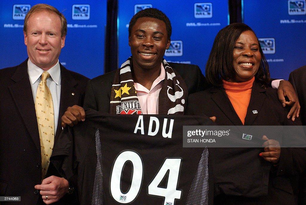 Freddy Adu (C), a 14-year-old soccer pro : News Photo