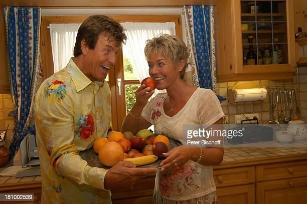 Freddy Breck, Ehefrau Astrid Breck, Homestory, Rottach-Egern, , Sänger, Sängerin, Küche, Obst, Teller, essen, Apfel, Banane, Orange, Promis,...