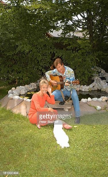 Freddy Breck Ehefrau Astrid Breck Hund Cindy Homestory RottachEgern Sänger Sängerin Gitarre Instrument Teich Garten Hund Tier Haustier Promis...