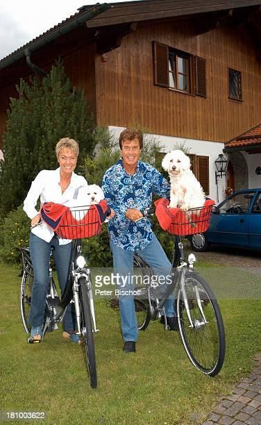 Freddy Breck Ehefrau Astrid Breck Hunde Cindy und Sascha Homestory RottachEgern Sänger Sängerin Garten Fahrrad Fahrradkorb Kissen Decke Hund Tier...