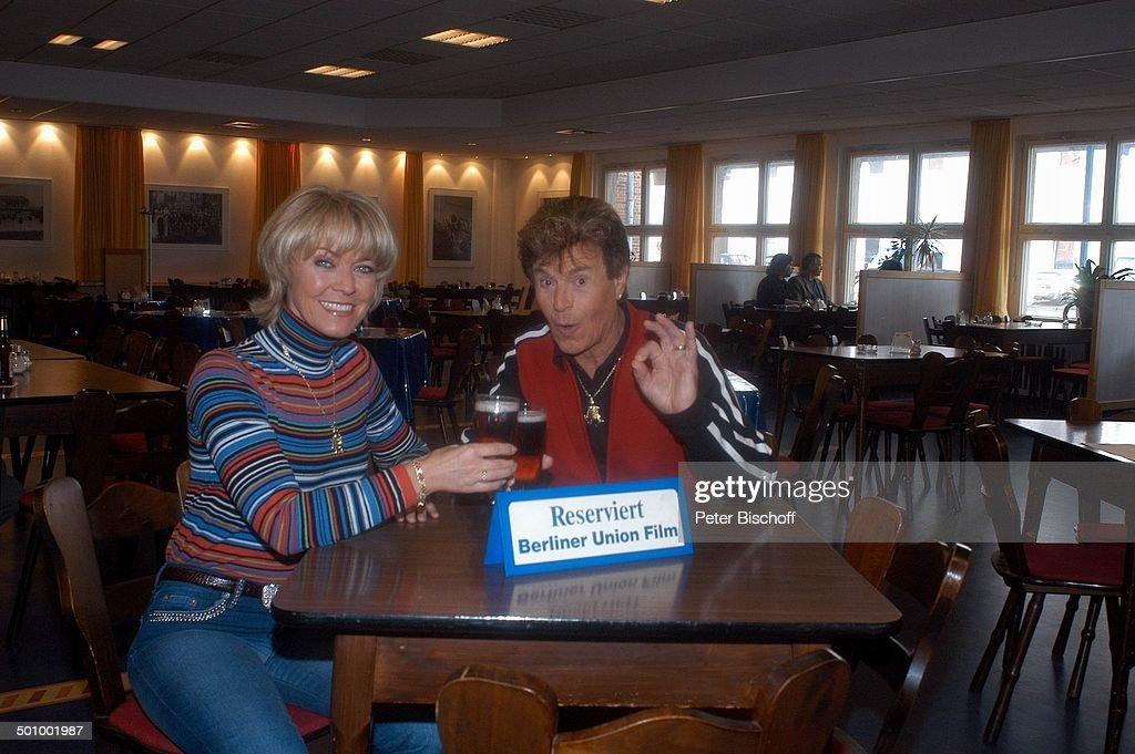 Freddy Breck, Ehefrau Astrid Breck, Urlaub, Stadt-Bummel, Berlin, 05.11.2004, Kneipe: 'Casino', Gaststätte, Lokal, Bier, Alkohol, Getränk, Schlager-St : News Photo