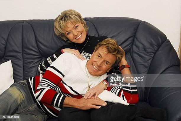 Freddy Breck, Ehefrau Astrid, Homestory, Rottach Egern, Deutschland, , P.-Nr.: 0161/2007, Ehepaar, Wohnzimmer, Couch, Sofa, umarmen, verliebt,...