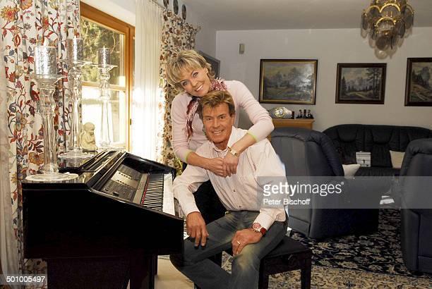 Freddy Breck, Ehefrau Astrid, Homestory, Rottach Egern, Deutschland, , P.-Nr.: 0161/2007, Ehepaar, Wohnzimmer, verliebt, umarmen, Piano, Klavier,...