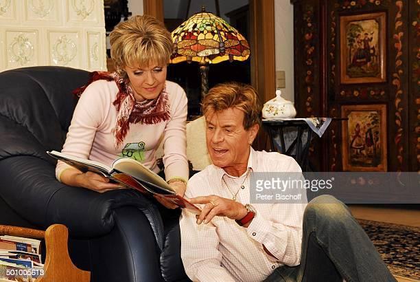 Freddy Breck, Ehefrau Astrid, Homestory, Rottach Egern, Deutschland, , P.-Nr.: 0161/2007, Ehepaar, Wohnzimmer, Buch, lesen, Schlager-Sänger, Promi...