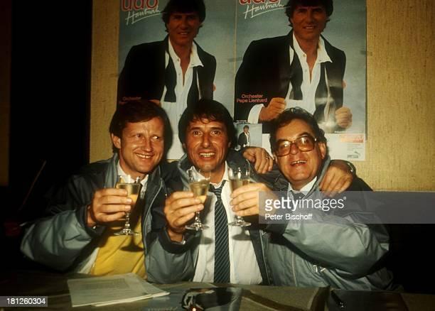 Freddy Burger Udo Jürgens Friedel Schmidt Live und hautnahTournee Abschlußparty Braunschweig 2451985 Sänger Schlagersänger Komponist Manager Sektglas...