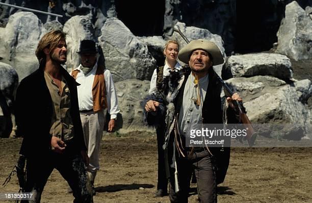 """Freddy Quinn , dahinter Sina Augur, Komparse, Nico König ,. """"Karl-May- Festspiele"""", """"Der ; lprinz"""", Bad Segeberg, Deutschland, Europa, , Cowboy,..."""
