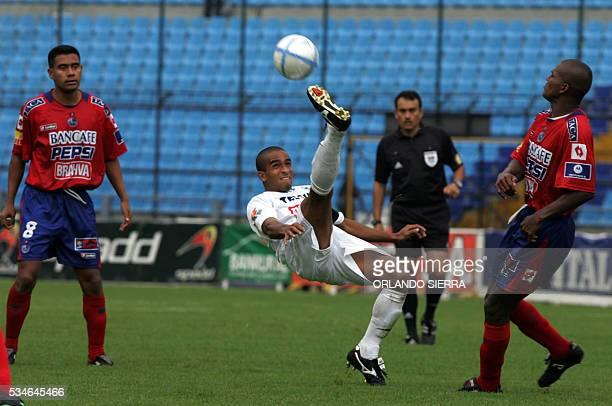 Freddy Thompson volante del Comunicaciones despeja la pelota ante la marca de Gonzalo Romero y Mario Acevedo de Municipal en el estadio Mateo Flores...