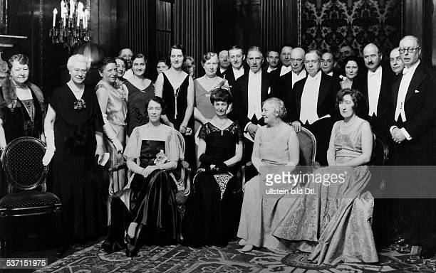 Frederic M Sackett Diplomat USA Festbankett zu Ehren des scheidenden Botschafters im Hotel Adlon in der für die Fotografen posierenden Gruppe stehend...