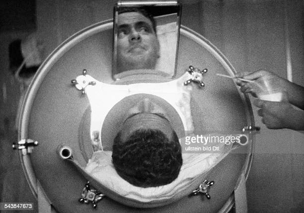Frederick Snite in the 'iron lung' which is diseased in poliomyelitis 1937 Photographer PresseIllustrationen Heinrich Hoffmann...