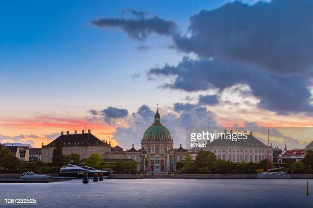 frederik's church and amalienborg famous and popular landmark at sunset time with yatch and speed boat in sea for tourist to travel and transportation, next to nyhavn port in copenhagen capital city of denmark in europe, scandinavia - クリスチャンスボー城 ストックフォトと画像